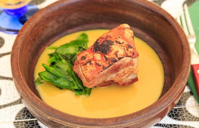 Barriga de porco crocante com molho de limão siciliano e alho assado com espinafre sautée (Foto: Divulgação )