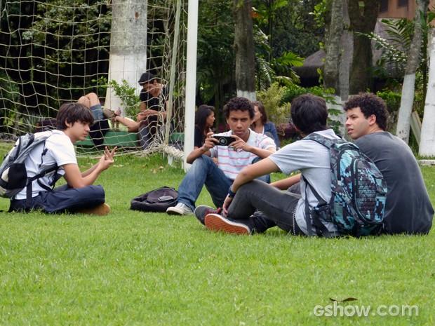 Paulino planeja vingança com outros meninos (Foto: Malhação / TV Globo)