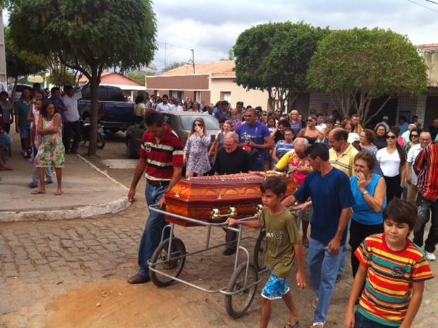 Familiares e amigos acompanharam o enterro (Foto: Anderson Barbosa/G1)