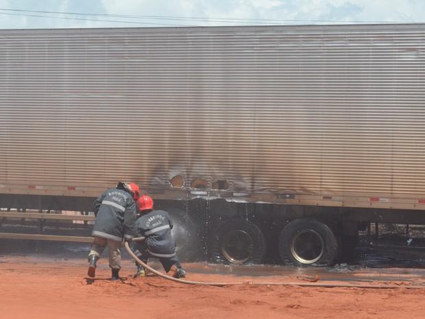 Alguns pneus do veículo foram consumidos pelo fogo (Foto: Kedma Araújo/G1)