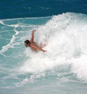 """Henrique Pistili utiliza técnicas do Polo Aquatico em suas abordagens no bodysurf. Na foto ele """"sobrevoa"""" Off The Wall, no Havai (Foto: Fernando Cazaes / Divulgação)"""