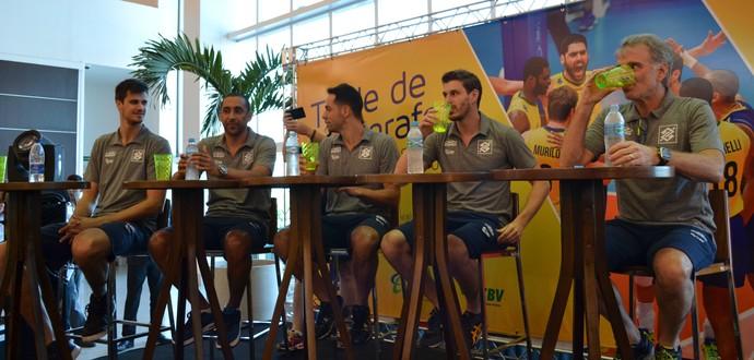 Bernadinho e jogadores da seleção brasileira de vôlei estiveram em uma sessão de autógrafos em shopping de Maceió (Foto: Jota Rufino / GloboEsporte.com)