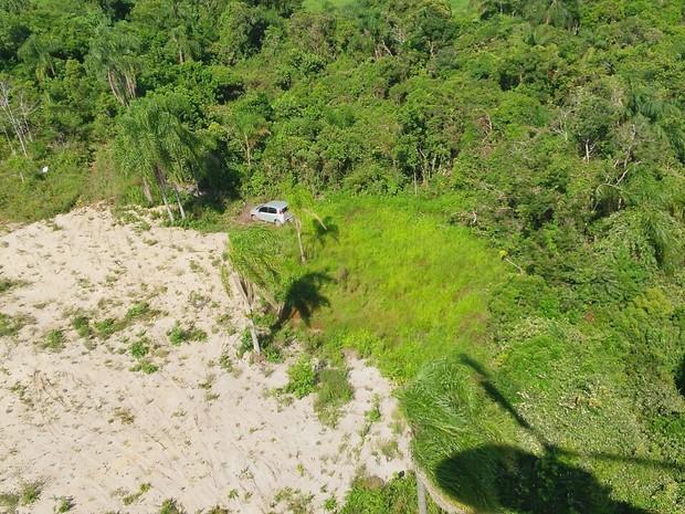 Carros estavam abandonados no meio de um matagal (Foto: Saer/Divulgação)