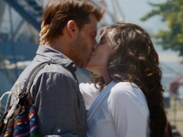 Cristal tasca outro beijo no amado (Foto: Flor do Caribe/TV Globo)