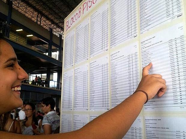 Candidata procura nome e sala para realizar a prova da primeira fase (Foto: Stefhanie Piovezan/G1)