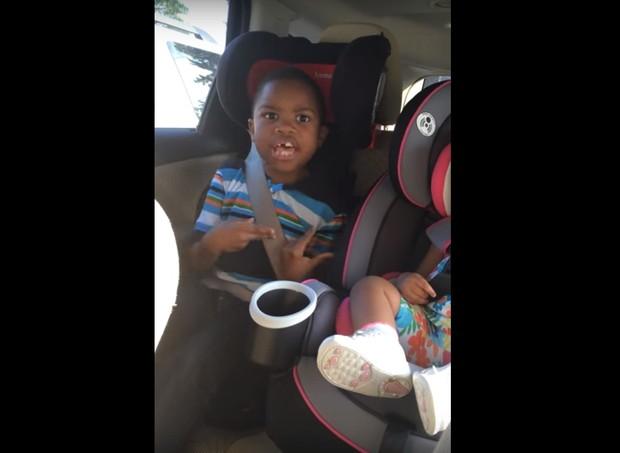 Irmão mais velho não quer um novo bebê na família  (Foto: Reprodução/Youtube)