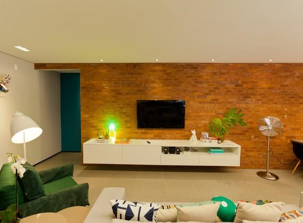 Sala de estar | O revestimento de tijolinhos da Pasinato se estende até a varanda. Sofá e poltrona da Azzura Móveis. Rack planejado Stanza Móveis. Luminárias da Center Luz (Foto: Maurício Pokemon/Divulgação )