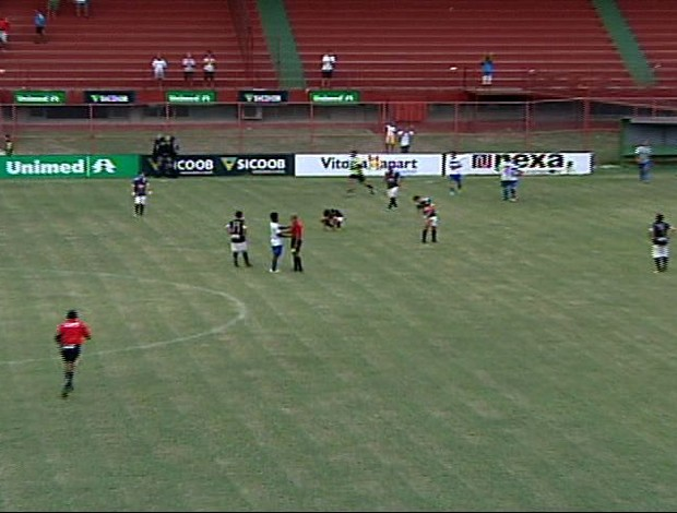 Jogadores alvinegros cabisbaixos após o apito final, na derrota que rebaixou o Rio Branco-ES (Foto: Reprodução/TV Gazeta)