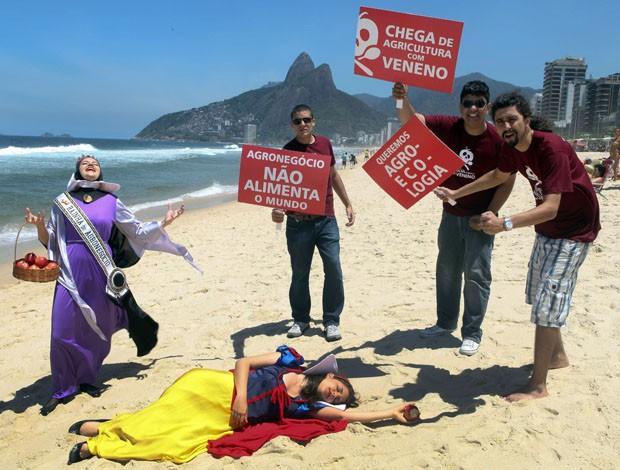 Manifestantes fazem protesto em praia no Rio de Janeiro contra uso de agrotóxicos (Foto: Fabrizia Granatieri/AFP)
