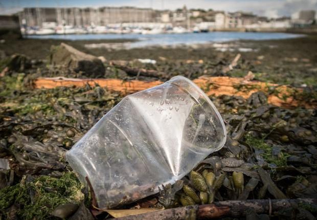 Copo de plástico descartado na praia de Plymouth no Reino Unido ; poluição ambiental ; lixo ;  (Foto: Matt Cardy/Getty Images)