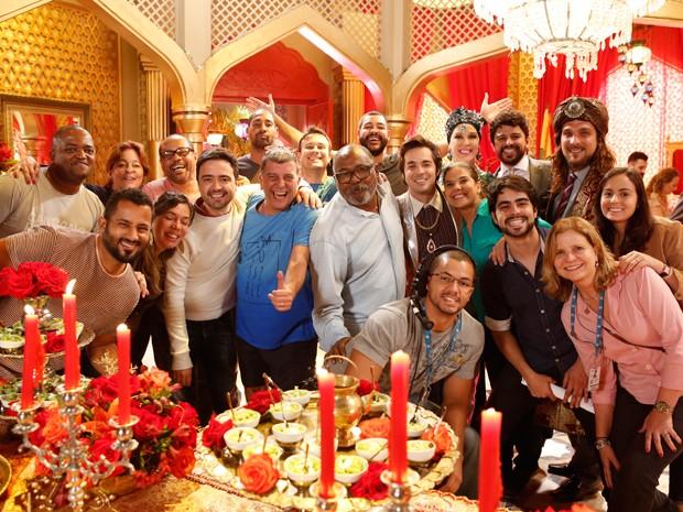 Jorge Fernando posa com equipe e elenco (Foto: Ellen Soares/Gshow)