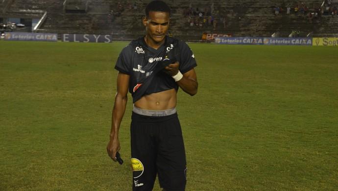 O lateral-direito Ângelo saiu vaiado de campo (Foto: Edgley Lemos / GloboEsporte.com/pb)