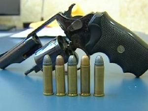 Professora acha revólver em mochila de criança de 1 ano (Foto: Reprodução/RPCTV)
