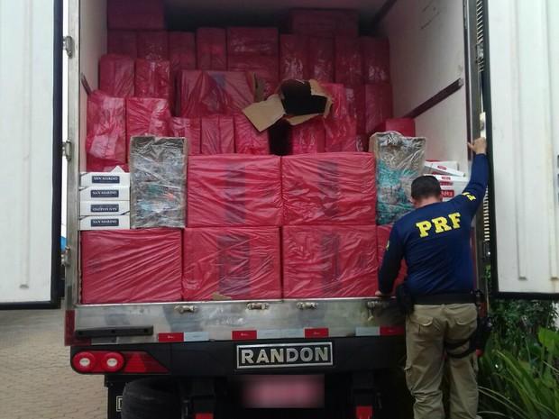 Cigarros contrabandeados foram encontrados em uma fiscalização na BR-369 (Foto: Divulgação/PRF)