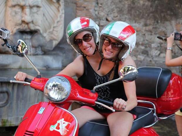 As irmãs Abby e Brittany Hensel, estrelas de novo programa de TV nos EUA, em passeio de Vespa em Roma (Foto: Divulgação/ TLC)