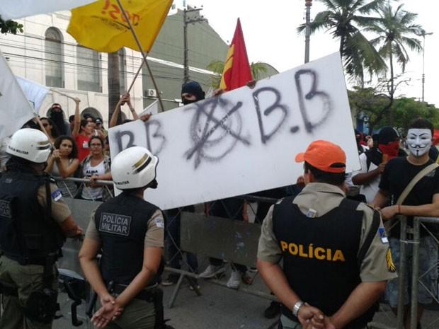 Manifestantes foram impedidos de chegar em frente à sede da prefeitura (Foto: Luna Markman/G1)