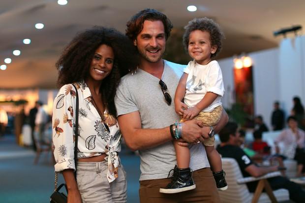 Aline Wirley da Silva com Igor Rickli e o filho Antonio (Foto: Fernanda Villas Bôas / Divulgação )