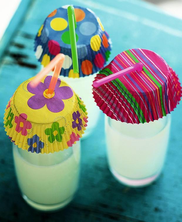 Com forminhas coloridas de cupcake, furadas para a passagem do canudinho, os refrescos ficam protegidos de insetos nos encontros ao ar livre (Foto: Ricardo Correa / Editora Globo )