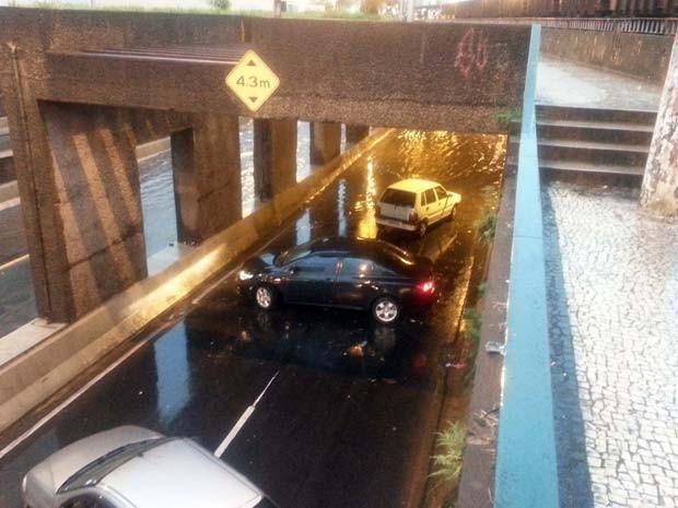 Veículos voltando no Mergulhão na Avenida Barão do Rio Branco, em Juiz de Fora (Foto: Diego Alves/G1)