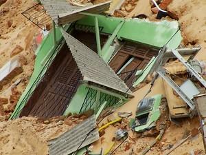 Frente de casa que desmoronou durante deslizamento em Mãe Luíza (Foto: Reprodução/Inter TV Cabugi)
