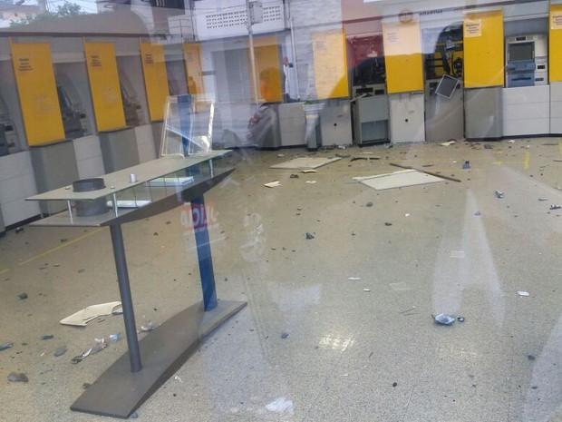 Caixas eletrônicos foram explodidos em agência bancária do bairro Liberadade, em Campina Grande (Foto: Marcos Vasconcelos/TVParaíba)
