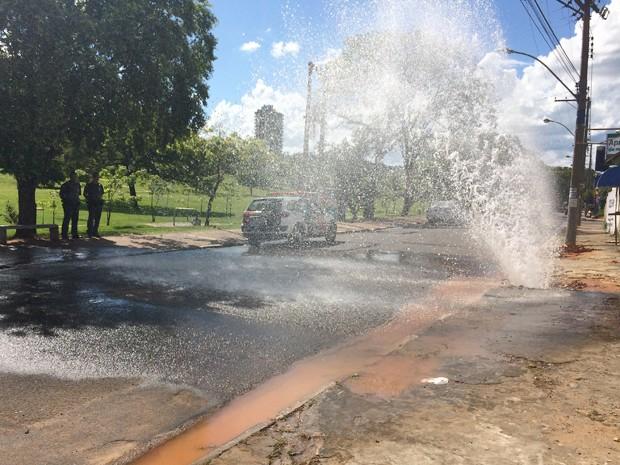 Polícia Militar interditou a rua para evitar acidentes (Foto: Mariane Peres/G1)