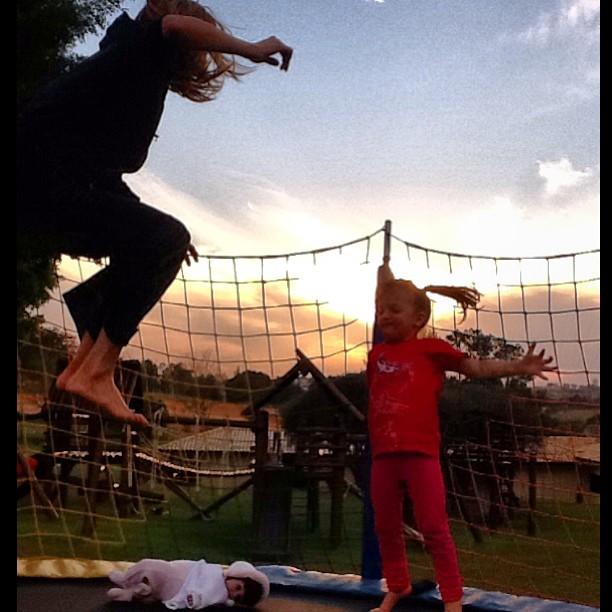 Ticiane Pinheiro brinca no pula-pula com Rafa Justus (Foto: Reprodução/ Instagram)