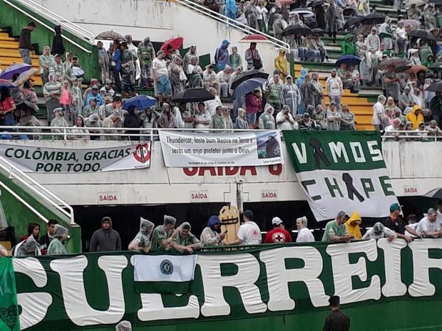 Repórter do Globoesporte.com Laion Espíndula é homenageado com faixa na Arena Condá (Foto: RBS TV/Divulgação)