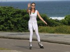 De branco, Marina Ruy Barbosa anda de patins no Rio