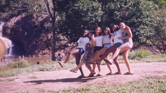 Capixabas recriam fotos de infância para comemorar o Dia da Amizade