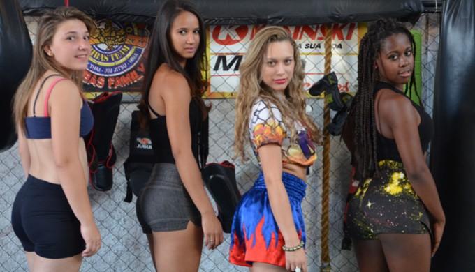 Ring Girls se preparam para 'incendiar' arena de MMA em Varginha (Foto: Tiago Campos)