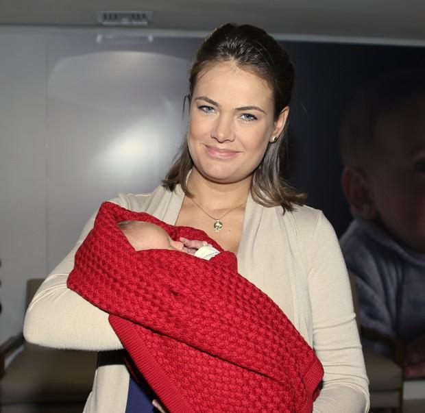 Thais Pacholek e seu recém nascido Luis Miguel (Foto: Thiago Duran/AgNews )