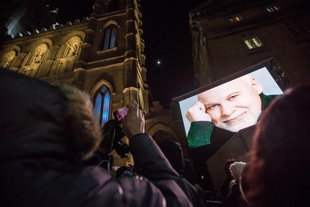 Público na Basílica de Basílica de Notre-Dame em Montreal, no Canadá (Foto: Geoff Robins / AFP)