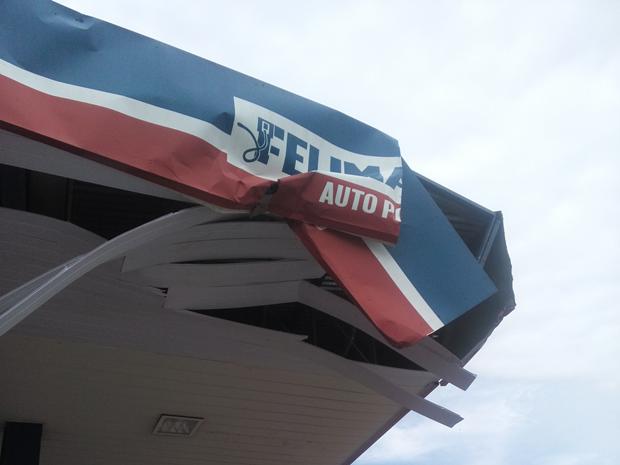 Carro destruiu teto de posto com batida em Itapeva (Foto: Renato Teixeira/TEM Você)