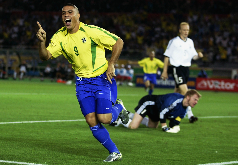 Ronaldo comemorando gol contra a Alemanha, em 2002 (Foto: Reprodução)