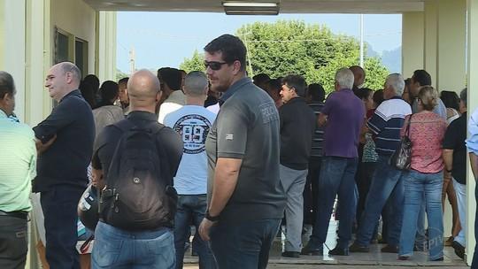 Enterro de investigador morto em assalto é marcado por comoção em Santo Antônio da Alegria, SP