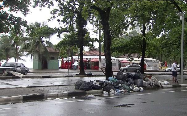 Lixo acumulado em São Vicente (Foto: Reprodução/TV Tribuna)