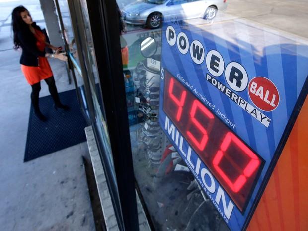 Inicialmente estimado em US$ 450 milhões, prêmio principal da Powerball chegou a US$ 524 milhões  (Foto: David J. Phillip/AP)