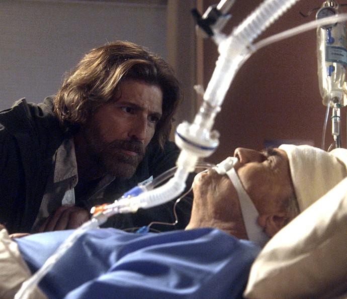 Fausto desperta de coma com carinho de Pedro (Foto: TV Globo)