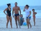 Malvino Salvador e Kyra Gracie curtem domingo na praia