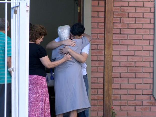 Família de idoso se comovem em velório, em Vila Velha. (Foto: Reprodução/TV Gazeta)