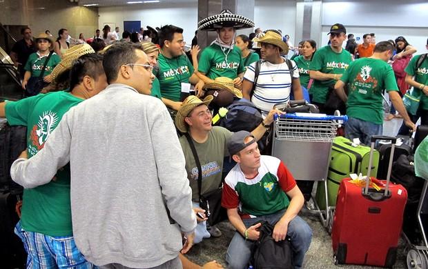 Mexicanos aeroporto desembarque Flamengo (Foto: Richard Souza)