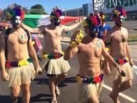 Italianos chegam ao jogo vestidos de índio (Diego Toledano/G1 AM)