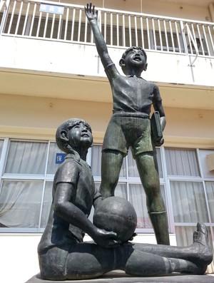 Estátua no Colégio de Takata (Foto: Rodrigo Faber)