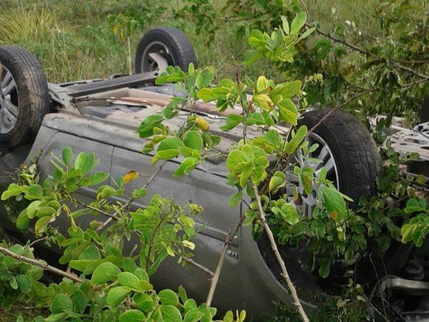 Carro capota em Aracaju (Foto: Antônio Nunes dos Santos/VC na TV Sergipe)