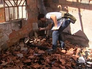 Vigilância de Itapetinga faz combate ao mosquito em casa (Foto: Reprodução/TV TEM)