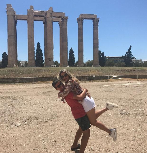 Victor levanta a mãe em um dos pontos históricos da capital grega (Foto: Reprodução Instagram)