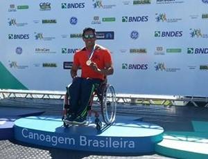 Luis Carlos comemora sua oitava medalha nacional na paracanoagem (Foto: Reprodução/Facebook)