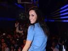 De microshort, ex-BBB Lia Khey dança muito em boate em São Paulo