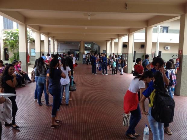 ENEM 2016 - SÁBADO (5) – PORTO VELHO (RO) - Estudantes sabatinos aguardam para início do confinamento na Escola estadual Carmela Dutra em Porto Velho (Foto: Matheus Henrique/G1)